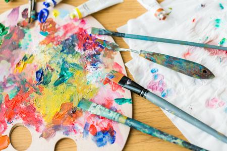 미술, 창의력 및 예술적 도구 개념 - 팔레트 나이프 또는 그림 주걱 및 위에서 그림 붓 스톡 콘텐츠