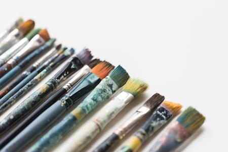 美術、絵画、創造性、芸術ツールの概念 - 汚れたペイントブラシ