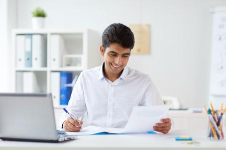 Geschäftsmann, der mit Papieren im Büro arbeitet Standard-Bild - 93151460