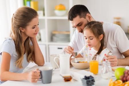 Glückliche Familie , die zu Hause frühstückt