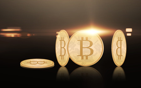 Bitcoins de ouro sobre fundo preto Foto de archivo - 93656572