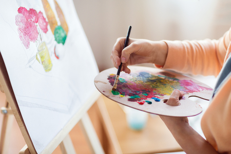 arte, creatività e concetto della gente - vicino su dell'artista con la tavolozza e la pittura del pennello natura morta su carta allo studio