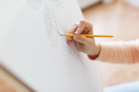 concept d'art, de créativité et de personnes - mains d'artiste avec crayon graphite dessin nature morte d'image de fleur dans vase sur papier ... Banque d'images
