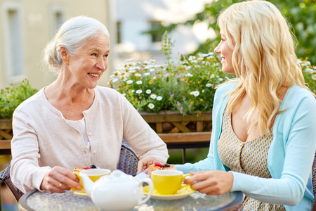 daughter with senior mother drinking tea at cafe Banque d'images