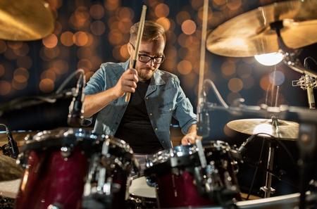 muzikant drumstel spelen op concert over lichten
