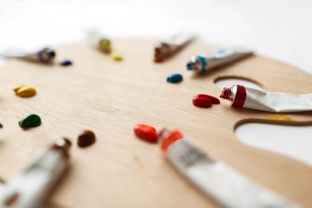 팔레트 및 아크릴 컬러 튜브 또는 페인트 스톡 콘텐츠