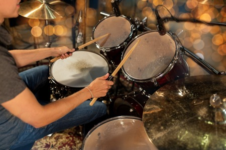 mannelijke muzikant drumstel spelen op concert