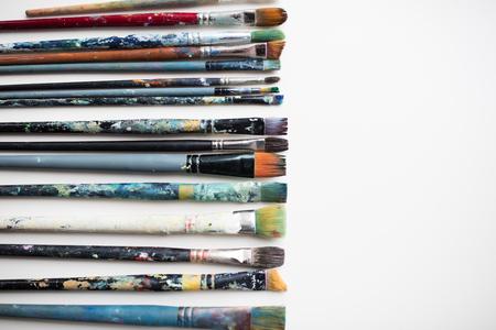 미술, 회화, 창의력 및 예술적 도구 개념 - 더러운 그림 붓