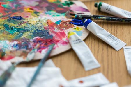 미술, 창의력, 회화 및 예술적 도구 개념 - 아크릴 색상 또는 페인트 튜브, 팔레트 및 브러쉬