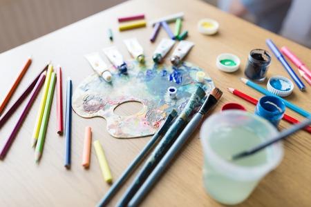 ファインアート、創造性、芸術的ツールのコンセプト - パレット、ブラシ、ペイントチューブ、テーブル上のグアッシュカラー