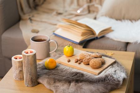 koekjes, citroenthee en kaarsen op tafel thuis