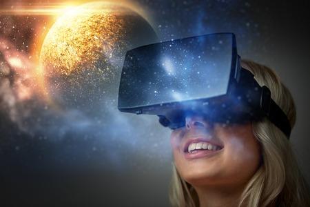 バーチャルリアリティヘッドセットや3Dメガネの女性