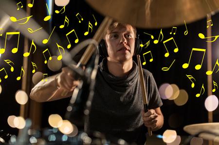 muzikant in koptelefoon drumstel spelen op concert Stockfoto