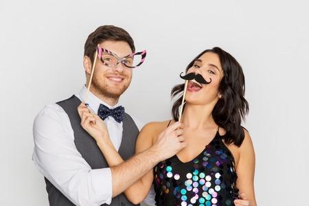 gelukkige paar met feest rekwisieten plezier