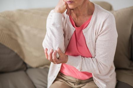 自宅で手が痛い先輩女性のクローズアップ