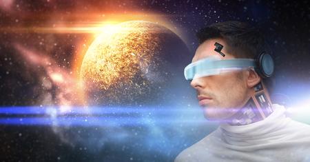 공간에서 3D 안경 및 센서의 남성 로봇