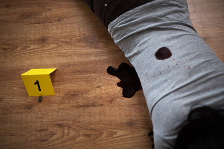 lichaam van de dode vrouw in bloed op de vloer op plaats delict Stockfoto