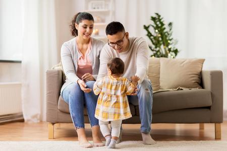 自宅で赤ちゃんの娘と幸せな家族