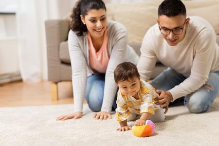 幸せな家族と赤ちゃんのダウターは、自宅で遊んで
