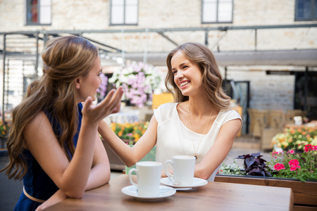 happy young women drinking coffee at outdoor cafe 免版税图像 - 95260240