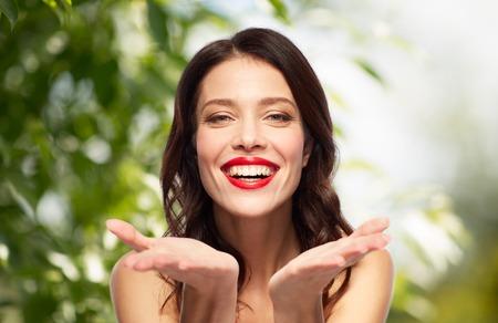 Schöne lächelnde junge Frau mit rotem Lippenstift Standard-Bild - 95427834