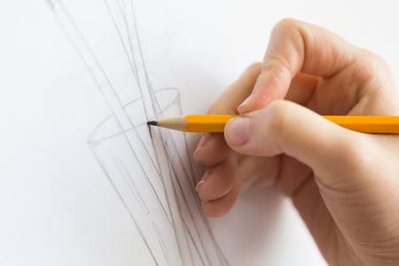 Künstler mit Bleistiftzeichnung Bild im Kunststudio Standard-Bild - 95428159