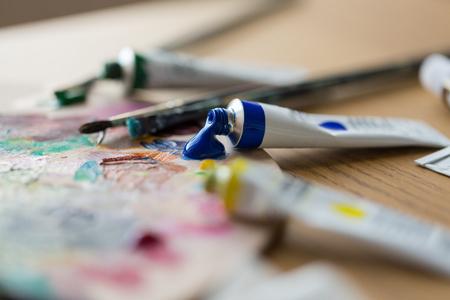 アクリル色または塗料チューブとパレット 写真素材