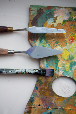 palette knives or painting spatulas and brush Imagens