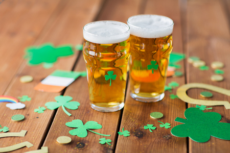 glasses of beer and st patricks day decorations Stok Fotoğraf - 95428333