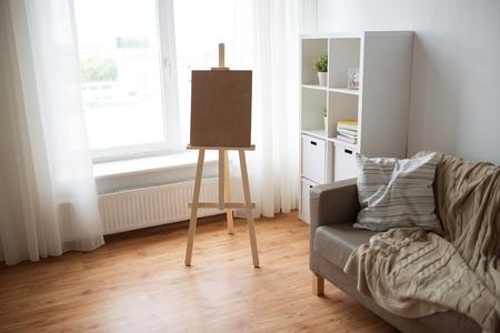 가정 방 또는 아트 스튜디오에서 나무 이젤 스톡 콘텐츠
