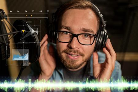 homme avec un casque chanter au studio d'enregistrement