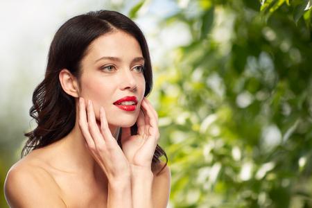 Schöne lächelnde junge Frau mit rotem Lippenstift Standard-Bild - 95485449