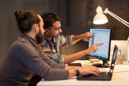 equipo creativo con computadora trabajando hasta tarde en la oficina Foto de archivo
