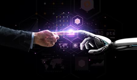 robot i ludzka ręka nad wirtualną projekcją Zdjęcie Seryjne