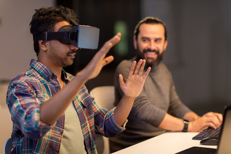 homme créatif dans le casque de réalité virtuelle au bureau