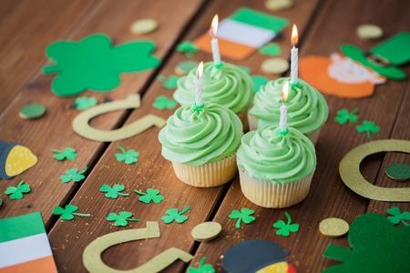 緑のカップケーキと聖パトリックの日の装飾 写真素材