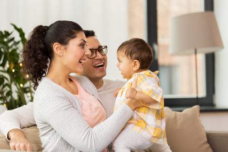gelukkige familie met baby dochter thuis