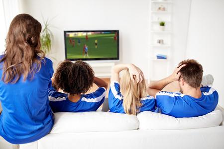 Les fans de football en regardant le football sur la télévision à la maison Banque d'images - 96033390