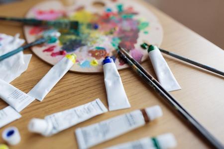 팔레트, 브러쉬 및 테이블에 페인트 튜브