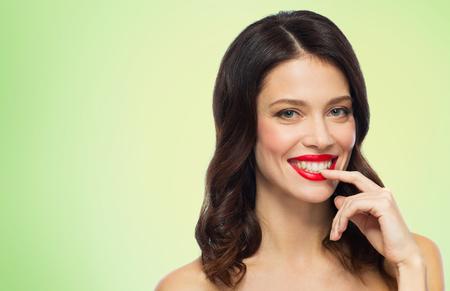 Schöne lächelnde junge Frau mit rotem Lippenstift Standard-Bild - 96348072