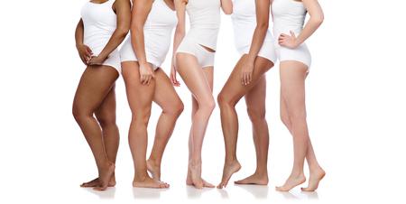 gruppo di donne diverse felici in biancheria intima bianca