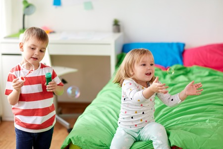 kids blowing soap bubbles and playing at home Stockfoto
