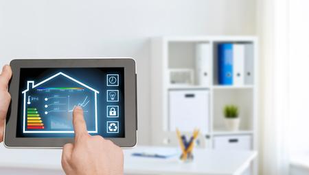 tablet pc con le impostazioni della casa intelligente sullo schermo