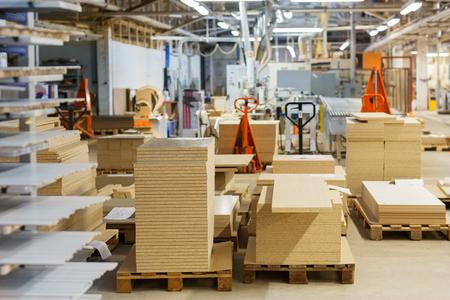 工場に保管するファイバーボードとチップボード