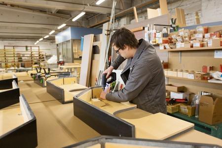 assembler met schroevendraaier meubels maken
