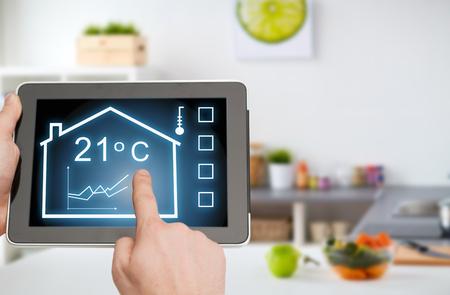 Tablet-PC mit Smart-Home-Einstellungen auf dem Bildschirm Standard-Bild - 97194137