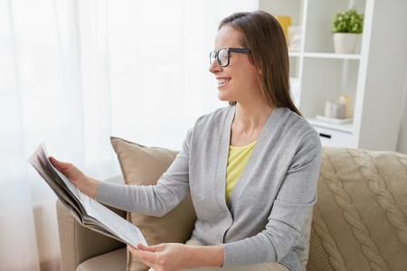 gelukkige vrouw krant thuis lezen