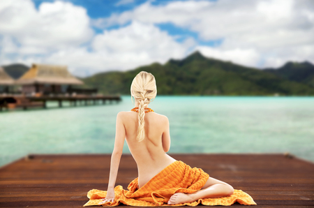 woman with towel over exotic resort background Banque d'images - 98852302