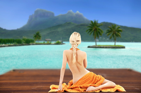 bare woman with towel over bora bora background Banque d'images