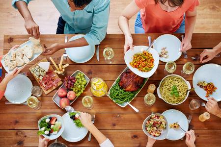 Gruppe von Menschen essen am Tisch mit Essen Standard-Bild - 98904921